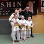 Salikisaan osallistujat huoltajineen: Matilda Laakso (eturivissä vasemmalla), Ella Laaksonen ja Milo Hiltunen. Marko Hiltunen (takarivissä vasemmalla), Arsi Laaksonen ja Kristian Laakso.