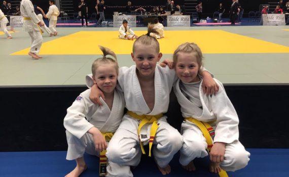 Milo Hiltunen vasemmalla, Veeti Salminen ja Ella Laaksonen odottamassa kilpailuiden alkamista
