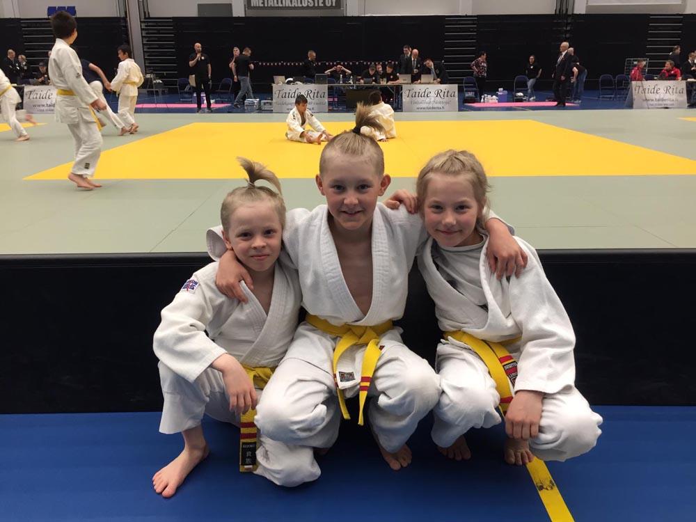 Milo Hiltunen vasemmalla, Veeti Salminen ja Ella Laaksonen odottamassa kilpailuiden alkamista.