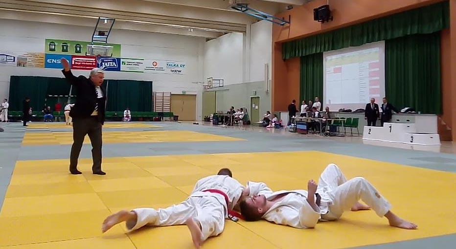 Kuvassa Marko Hiltunen (vasemmalla) voittanut juuri M-81kg sarjan jatkoajalla waza-arin arvoisella heitolla.