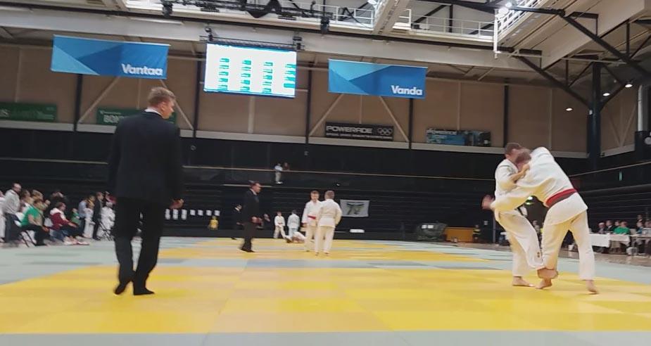Marko Hiltusen (takimmaisena) jalkaheitto juuri tuottamassa tulosta semifinaalissa.