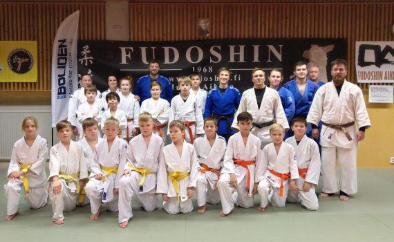Osa leiriläisistä osallistui ainoastaan aamun/aamupäivän harjoituksiin. Kuvassa päivän viimeisissä harjoituksissa mukana olleet judokat, jotka ehtivät hetkeksi asettumaan myös ryhmäkuvaan.