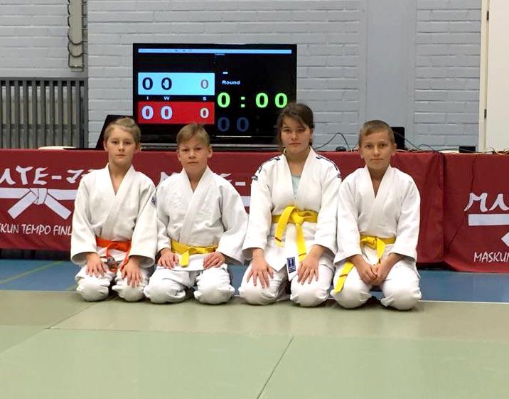 Vasemmalta Veeti Salminen, Artturi Helimo, Janika Ojaniemi ja Anton Aniskov valmiina ottelemaan.