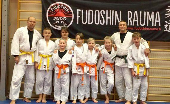 Waseda-Clubin väkeä leirillä: vasemmalta Jevgeni, Anton, Ella, Janika (takarivissä), Valtteri (Fudoshin'in vahvistus), Milo, Ella, Marko ja Artturi.