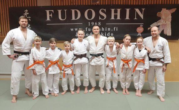 Kuvassa vyökoetilaisuuteen osallistuneet judokat. Kuvasta puuttuu Pihlan uke Rasmus Salonen.
