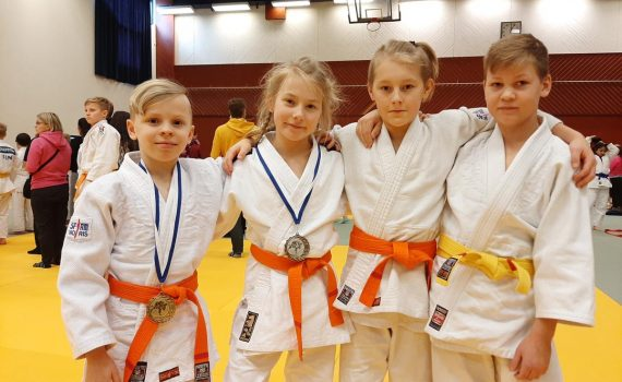 Milo Hiltunen (vasemmalla), Ella Laaksonen, Veeti Salminen ja Artturi Helimo kävivät kamppailemassa onnistuneesti Tampereella.