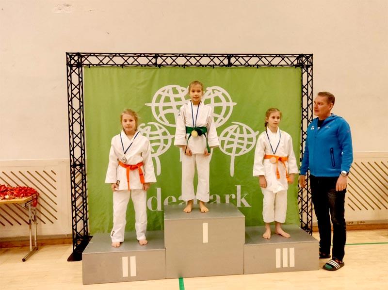 Hopeamitalisti Ella Laaksonen podiumilla.