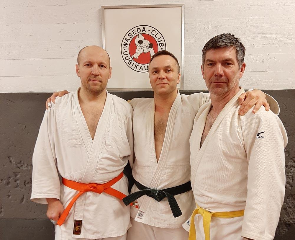 Tuore oranssivyö Jevgeni Aniskov (vasemmalla), graduoitsija Marko Hiltunen ja uke Marko Kivistö.