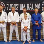 Ukilais-judokat kartuttamassa osaamistaan Judon perusteet- kurssilla.