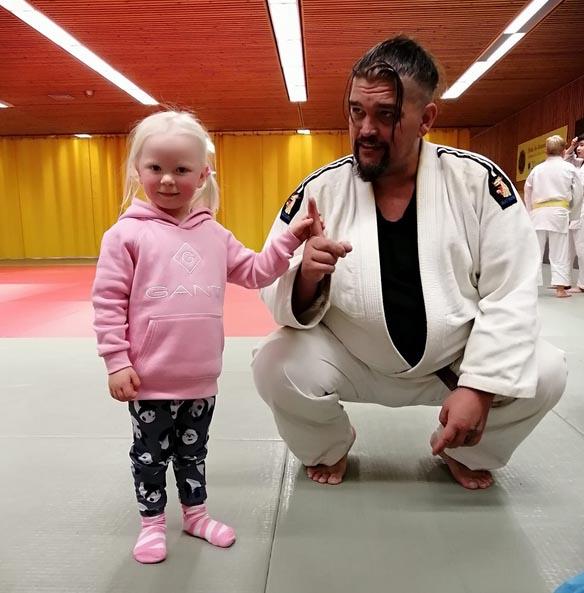 Myös kannustusjoukoissa ollut Mii Hiltunen pääsi tatamille hieman kokeilemaan jumppaamista Porin judoseuran puheenjohtaja Mika Lahden suojeluksessa.